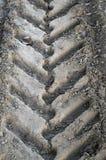特写镜头轮胎在白天跟踪在一条土路的卡车 免版税库存照片