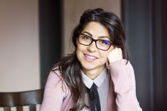 Портрет красивой женщины с расчалками на зубах ортодонтическая обработка Концепция зубоврачебной заботы Стоковая Фотография
