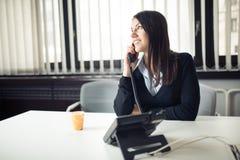 叫和沟通与伙伴的年轻女商人 在电话的客户服务代表 免版税图库摄影