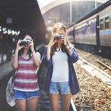 女孩友谊住处旅行的假日摄影概念 免版税图库摄影