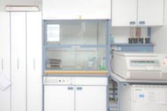 在焦点外面的实验室内部 免版税库存照片