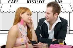 一起听到音乐的年轻夫妇在咖啡馆大阳台 免版税库存图片