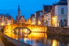 夜运河斯皮格尔在布鲁日,比利时 库存图片
