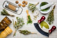 Μαγειρεύοντας συστατικά και εργαλεία κουζινών Στοκ φωτογραφία με δικαίωμα ελεύθερης χρήσης