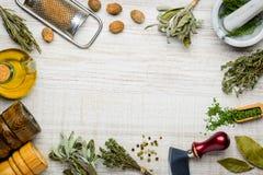 Μαγειρεύοντας πλαίσιο συστατικών και χορταριών Στοκ φωτογραφία με δικαίωμα ελεύθερης χρήσης