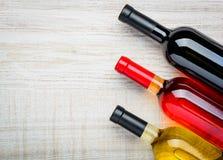 Κόκκινος, άσπρος και αυξήθηκε μπουκάλια του διαστήματος αντιγράφων κρασιού Στοκ εικόνα με δικαίωμα ελεύθερης χρήσης
