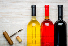 Το λευκό, αυξήθηκε και κόκκινο κρασί στο μπουκάλι Στοκ Εικόνα