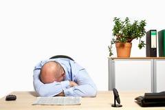 哭泣在关于坏股票价格的书桌的经理 免版税库存照片