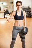 健身房的逗人喜爱的西班牙女性拳击手 免版税库存图片