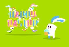 兔子兔宝宝与蜡烛愉快的复活节假日横幅五颜六色的贺卡的举行蛋糕 免版税库存图片