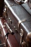 堆葡萄酒减速火箭的手提箱特写镜头 库存照片