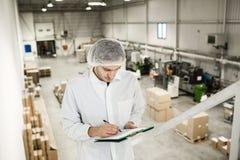 工作者在食品包装的仓库里 库存照片
