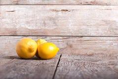 在桌上的三个柠檬 免版税库存图片