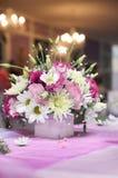 Ρόδινη ρύθμιση του γάμου με τα φρέσκα λουλούδια Στοκ Εικόνα