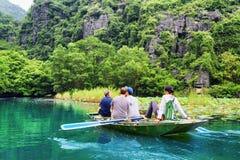 Туристы путешествуя в шлюпке вдоль реки Дуна неправительственной организации, Вьетнама Стоковое Изображение