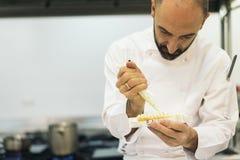 Αρσενικό επαγγελματικό μαγείρεμα αρχιμαγείρων σε μια κουζίνα Στοκ εικόνα με δικαίωμα ελεύθερης χρήσης