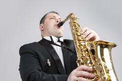音乐题材和想法 一白种人男性萨克斯管吹奏者使用 免版税库存照片