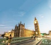 威斯敏斯特宫殿在与城市交通的晚上,伦敦-英国 库存图片