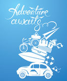 与小和逗人喜爱的减速火箭的旅行汽车的季节性卡片有行李的 库存图片