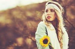 美丽的方式纵向妇女年轻人 免版税库存图片