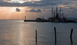 墨西哥渔船日出视图在华雷斯港船坞/港口的 免版税库存图片