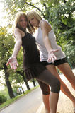 Δύο κορίτσια έξω από έτοιμο για το συμβαλλόμενο μέρος Στοκ Εικόνα