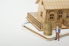 住房购买和保险的概念 庄园舱内甲板房子实际租金销售额 金黄硬币,式样房子 复制文本的空间 免版税库存照片