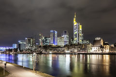 法兰克福主要地平线在晚上,德国 免版税库存照片