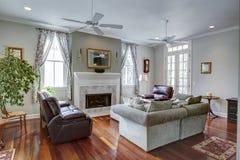 有壁炉的豪华现代客厅 免版税库存图片