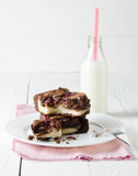Пирожное заполненное с поленикой и чизкейком, с молоком, на штыре Стоковое Фото
