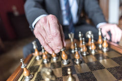 Бизнесмен играя шахмат Стоковые Фотографии RF