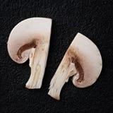 切黑暗的石头表面上的蘑菇蘑菇  库存图片