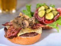 烟肉、蘑菇和瑞士乳酪汉堡,开放面孔 免版税库存图片