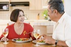 一起耦合年长享用的膳食进餐时间 免版税库存照片