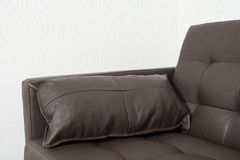 有枕头的经典棕色皮革沙发 免版税库存图片