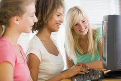 использование девушок настольного компьютера компьютера подростковое Стоковое фото RF