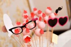 与红色花的桃红色棒棒糖 免版税库存照片