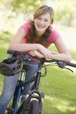 κορίτσι ποδηλάτων εφηβικό Στοκ εικόνα με δικαίωμα ελεύθερης χρήσης