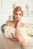 有花的年轻可爱的新娘 免版税库存照片