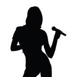 Иллюстрация силуэта петь девушки Стоковые Изображения RF