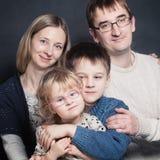 Маленькие дети с матерью и отцом Стоковое Фото