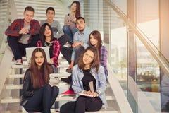 Ευτυχή κορίτσια και αγόρια εφήβων στο σχολείο ή το κολλέγιο σκαλοπατιών Στοκ φωτογραφία με δικαίωμα ελεύθερης χρήσης