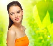 Девушка на предпосылке весны флористической Стоковое Изображение RF