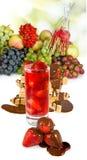 草莓鸡尾酒和各种各样的菜的被隔绝的图象紧密  免版税库存照片