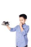 感到的男孩怏怏不乐对于难闻的气味白色袜子 免版税库存照片
