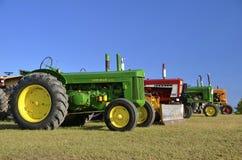 在农厂展示的老五颜六色的拖拉机 免版税库存图片