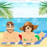 浪漫一起说谎在毛巾的夫妇佩带的泳装在海滩 免版税库存图片