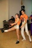 舞蹈的年轻运动员舞蹈家炫耀圣彼得堡的联盟 免版税库存照片