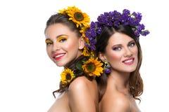 有花的两个女孩在头发 库存图片