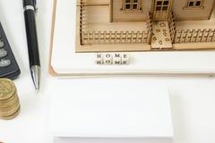 住房购买和保险的概念 办公桌桌有供应顶视图 计算器 金黄硬币,笔 库存照片